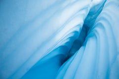 Κυματιστές πλευρές στο βαθύ crevasse στον παγετώνα Matanuska στην Αλάσκα στοκ εικόνες