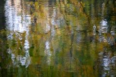 Κυματιστή επιφάνεια νερού με το θολωμένο περίληψη σχέδιο watercolor στοκ φωτογραφία