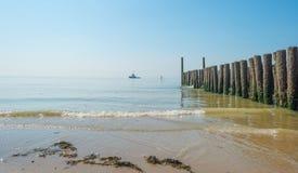 Κυματοθραύστης στη θάλασσα το καλοκαίρι Στοκ εικόνα με δικαίωμα ελεύθερης χρήσης