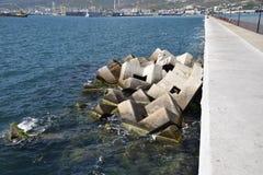 Κυματοθραύστης των ορθογώνιων αριθμών πετρών Στοκ φωτογραφία με δικαίωμα ελεύθερης χρήσης