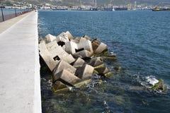 Κυματοθραύστης των ορθογώνιων αριθμών πετρών Στοκ Εικόνες