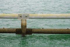 Κυματοθραύστης φραγμών μετάλλων, στη θάλασσα της Σιγκαπούρης Στοκ Φωτογραφίες