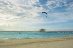 Κυματωγές ενός kitesurfer κοντά στην παραλία κοντά σε ένα θέρετρο στις Μαλδίβες Στοκ Εικόνες