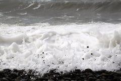 κυματωγή Αφρός θάλασσας χαλίκια Στοκ εικόνες με δικαίωμα ελεύθερης χρήσης