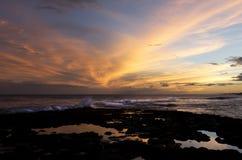 Κυματωγή, ηλιοβασίλεμα, Kauai, Χαβάη Στοκ Εικόνες