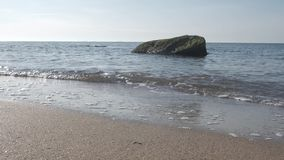 Κυματωγή θάλασσας Ακτή με τις πέτρες φιλμ μικρού μήκους