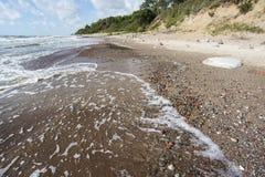 Κυματωγή θάλασσας μέχρι την ηλιόλουστη ημέρα Στοκ Φωτογραφίες