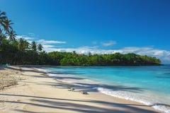 Κυματωγή θάλασσας, μπλε σαφές νερό και άσπρη άμμος Στοκ Εικόνα