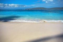 Κυματωγή θάλασσας, μπλε σαφές νερό και άσπρη άμμος Στοκ εικόνα με δικαίωμα ελεύθερης χρήσης