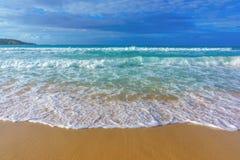 Κυματωγή θάλασσας, μπλε σαφές νερό και άσπρη άμμος Στοκ Φωτογραφία