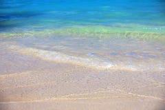 Κυματωγή θάλασσας σε μια παραλία άμμου Στοκ εικόνα με δικαίωμα ελεύθερης χρήσης