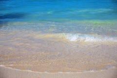 Κυματωγή θάλασσας σε μια παραλία άμμου Στοκ φωτογραφία με δικαίωμα ελεύθερης χρήσης