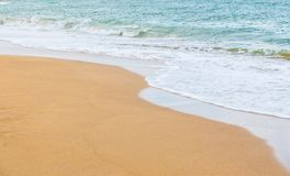 κυματωγή θάλασσας στην αμμώδη παραλία Στοκ Φωτογραφίες