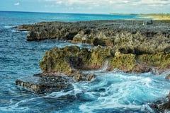 Κυματωγή θάλασσας στην ηλιόλουστη νότια παράλια της Κούβας Στοκ Εικόνες
