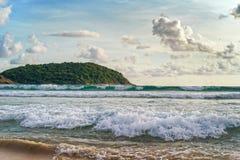 Κυματωγή θάλασσας στην παραλία στην Ταϊλάνδη Στοκ φωτογραφία με δικαίωμα ελεύθερης χρήσης