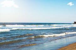 Κυματωγή θάλασσας στην παραλία Στοκ εικόνα με δικαίωμα ελεύθερης χρήσης