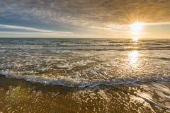 Κυματωγή θάλασσας στο ηλιοβασίλεμα Στοκ εικόνα με δικαίωμα ελεύθερης χρήσης