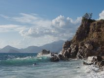 Κυματωγή κάτω από το βράχο στο Μαυροβούνιο Στοκ Φωτογραφία