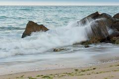 Κυματωγή και βράχοι Στοκ Εικόνες