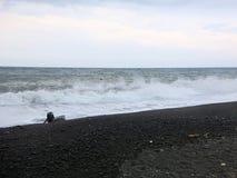 Κυματωγή και κύματα θάλασσας που συντρίβουν επάνω στην παραλία στοκ εικόνα