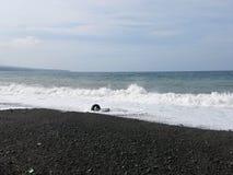 Κυματωγή και κύματα θάλασσας που συντρίβουν επάνω στην παραλία στοκ φωτογραφία
