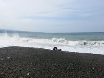 Κυματωγή και κύματα θάλασσας που συντρίβουν επάνω στην παραλία στοκ εικόνες