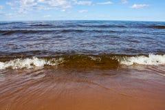 Κυματωγή στην αμμώδη ακτή Ladoga μια ηλιόλουστη ημέρα στοκ εικόνες με δικαίωμα ελεύθερης χρήσης