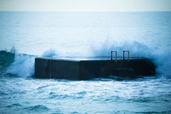 Κυματωγή στην αποβάθρα κορυφαία όψη του Ατλαντικού Ωκεανού Στους μπλε τόνους Στοκ Εικόνες