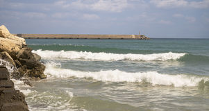 Κυματωγή στη θάλασσα στην πόλη Rethymno, Κρήτη Στοκ εικόνα με δικαίωμα ελεύθερης χρήσης