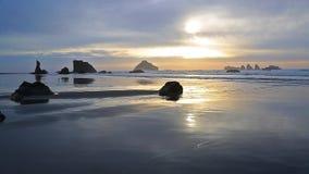 Κυματωγή στο ηλιοβασίλεμα στο Pacific Coast απόθεμα βίντεο