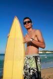 κυματωγή χαρτονιών surfer Στοκ φωτογραφία με δικαίωμα ελεύθερης χρήσης