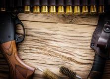 Κυνηγετικό όπλο δράσης αντλιών, κασέτα 12 μετρητών και μαχαίρι κυνηγιού Στοκ Εικόνες
