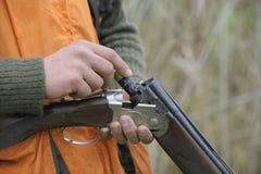 Κυνηγετικό όπλο φόρτωσης κυνηγών Στοκ εικόνες με δικαίωμα ελεύθερης χρήσης