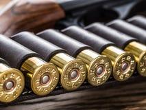Κυνηγετικό όπλο δράσης αντλιών, κασέτα 12 μετρητών και μαχαίρι κυνηγιού Στοκ Εικόνα