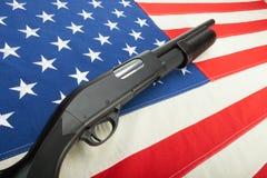 Κυνηγετικό όπλο χωρίς οποιαδήποτε lables στην ΑΜΕΡΙΚΑΝΙΚΗ σημαία ως σύμβολο της δεύτερης τροποποίησης Στοκ εικόνα με δικαίωμα ελεύθερης χρήσης