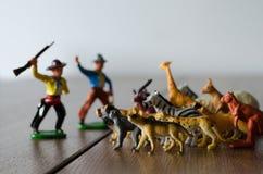 Κυνηγοί ενάντια στα άγρια ζώα Μικροσκοπικοί πλαστικοί αριθμοί Μαλακά FO στοκ εικόνα