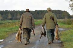 Κυνηγοί με το θήραμα Στοκ εικόνα με δικαίωμα ελεύθερης χρήσης