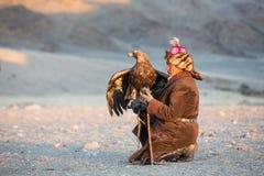 Κυνηγός αετών του Καζάκου με τον αετό του Στοκ φωτογραφία με δικαίωμα ελεύθερης χρήσης