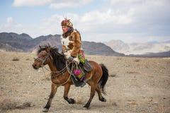 Κυνηγός αετών του Καζάκου στο άλογό του Στοκ εικόνες με δικαίωμα ελεύθερης χρήσης
