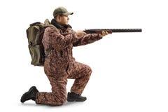 Κυνηγός ατόμων σε μια ομοιόμορφη ικεσία και να στοχεύσει με ένα κυνηγετικό όπλο στοκ φωτογραφία με δικαίωμα ελεύθερης χρήσης