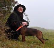 Κυνηγός γυναικών με το σκυλί Στοκ Εικόνες