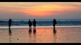 Κυνηγός ηλιοβασιλέματος στην παραλία απόθεμα βίντεο