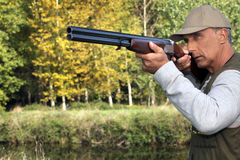 Κυνηγός με ένα πυροβόλο όπλο Στοκ Φωτογραφίες