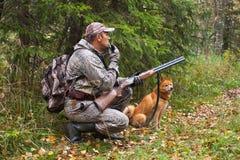 Κυνηγός με μια κλήση και ένα κυνηγετικό όπλο αγριόγαλλων Στοκ Φωτογραφίες