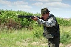 Κυνηγός με το κυνηγετικό όπλο στοκ φωτογραφία με δικαίωμα ελεύθερης χρήσης
