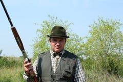 Κυνηγός με το πορτρέτο κυνηγετικών όπλων στοκ εικόνα