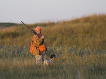 Κυνηγός με το σκυλί του στοκ εικόνα με δικαίωμα ελεύθερης χρήσης