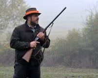 Κυνηγός με το τουφέκι που περιμένει το φασιανό Στοκ Εικόνες