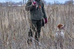 Κυνηγός πουλιών που σκιαγραφείται στην ανατολή με το πουλί πυροβόλων όπλων σε ετοιμότητα του στοκ φωτογραφίες με δικαίωμα ελεύθερης χρήσης