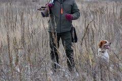 Κυνηγός πουλιών που σκιαγραφείται στην ανατολή με το πυροβόλο όπλο πυροβόλων όπλων σε ετοιμότητα του στοκ εικόνες με δικαίωμα ελεύθερης χρήσης